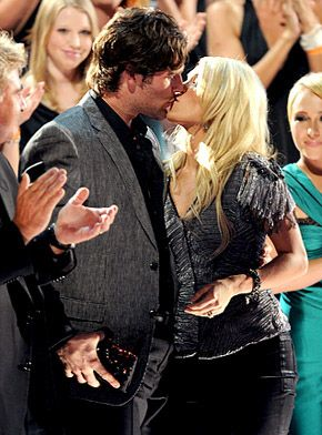Carrie Underwood kissing compilation by http://www.wikilove.com