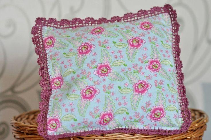 Poduszka z barwnej flaneli z szydełkową lamówką w LilleBird  na DaWanda.com