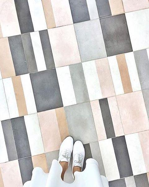 Mélange de formes et de tonalités intéressantes. 2 tons gris, 2 tond rosés, et le blanc #geometric #smooth_tones