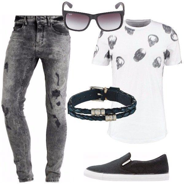 Jeans skinny, neri, délavé, t-shirt bianca di cotone, collo tondo con stampa, scarpe slip-on, nere in tessuto, bracciale nero, in pelle a doppio giro intrecciato e, per finire occhiali da sole neri con lenti a forma di trapezio.