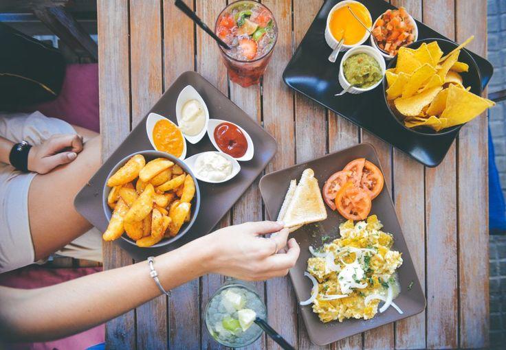 Mujer comiendo comida típicamente Mexicana