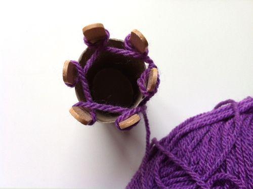 Paso 2: Enrollar la lana alrededor de cada poste