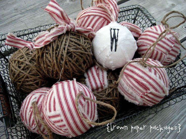 Sotto il tavolo e Dreaming: Spago e Tessuto di ornamenti palla di stracci dotate Kierste da pacchetti di carta marrone {Vacanze Handmade Progetto n.2}
