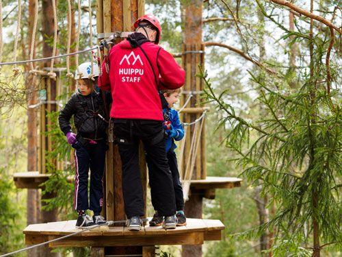 The instructors (dressed in red) help you on the courses. Do not hesitate to ask them for help or advice! Puna-asuiset ohjaajamme auttavat asiakkaita radalla. He ovat siellä teitä varten. Pyydä vaan rohkeasti apua ja neuvoja!
