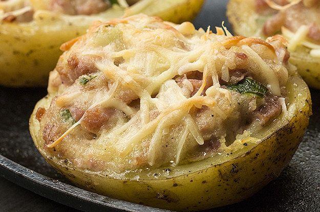 Aprenda a fazer a batata assada com linguiça toscana:   Batata + linguiça + um forno: uma história de amor