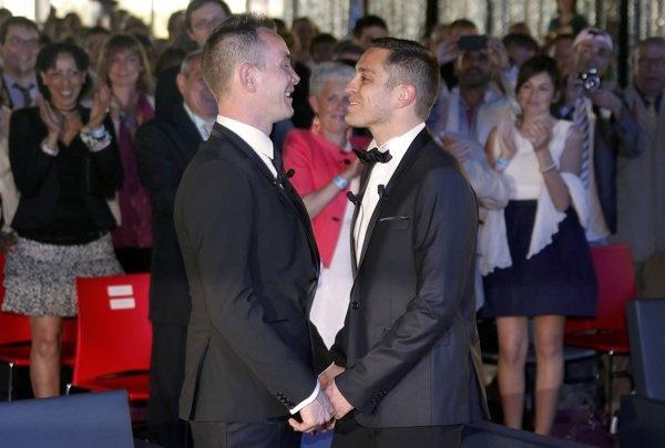 world getting worst of these.....Foto Pernikahan sesama jenis pertama di Prancis | Gambar Pernikahan sesama jenis pertama di Prancis - Yahoo! News Indonesia