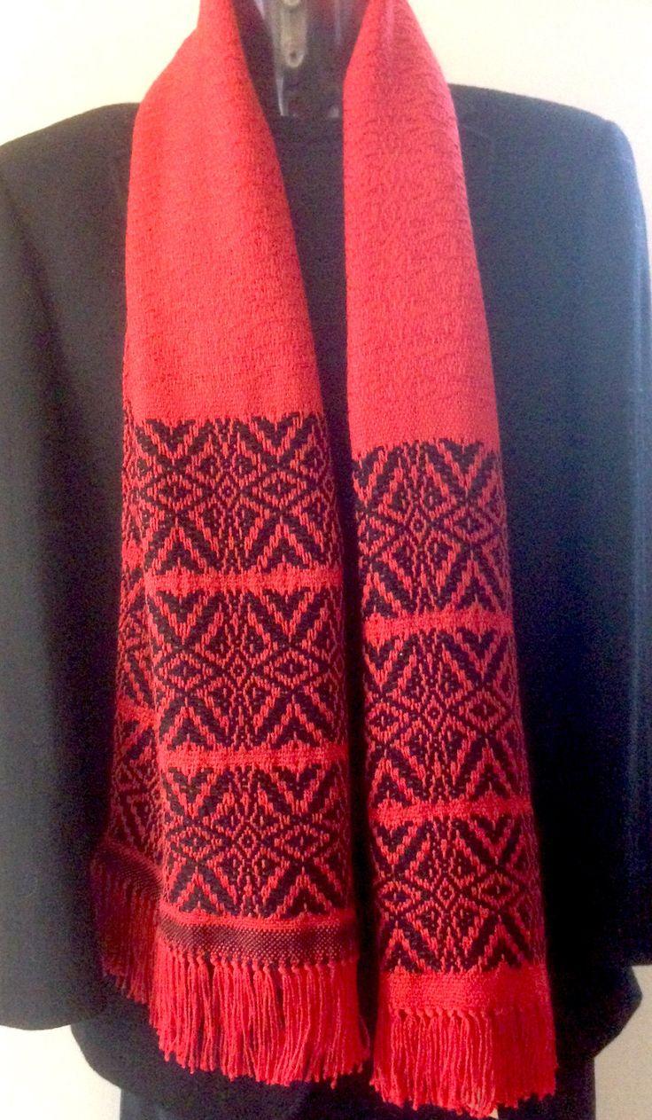 Sjaal handgeweven van rode zijde en zwarte wol. Heerlijk zacht en licht. door WeefatelierAlida op Etsy