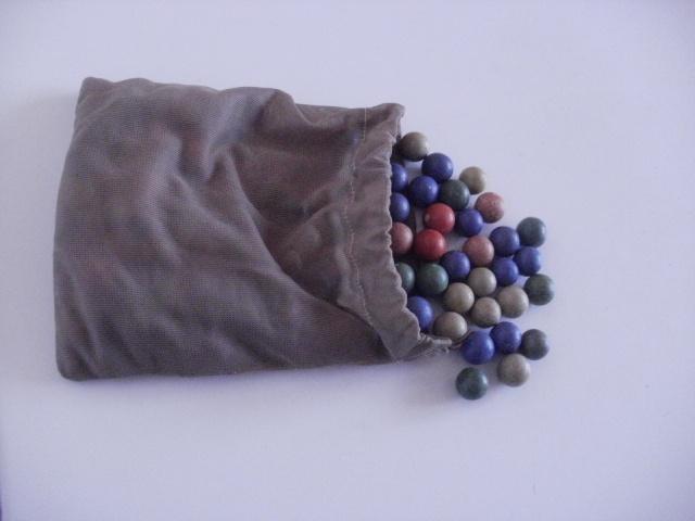 Hliněné kuličky s pytlíčkem krásné zachovalé hliněné kuličky z našeho dětství s dobovým pytlíčkem :).Nevím přesně kolik jich je, ale pytlík je téměř plný.Zájemci přepočítám.Jsou v základních barvách.