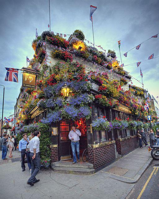 DRINK - Aller prendre un verre au Churchill Arms et admirer la façade entièrement recouverte de fleurs Plus