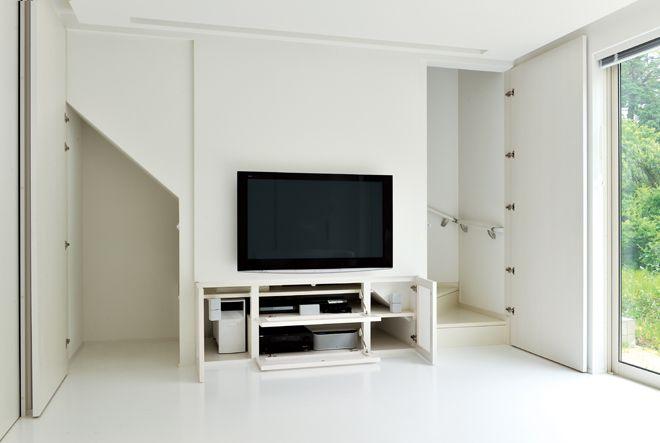 シンプルな白い箱の中の巧みな収納空間