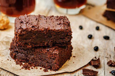 I brownies al microonde sono una variante veloce di questo gustoso dolce americano al cioccolato.