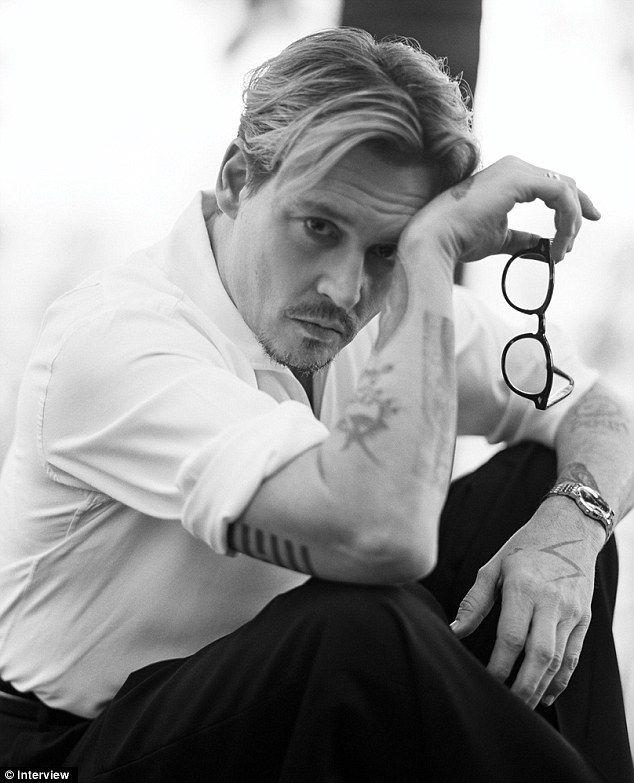 Johnny Depp spricht in einem neuen Interview über seine Liebe zum Tabak