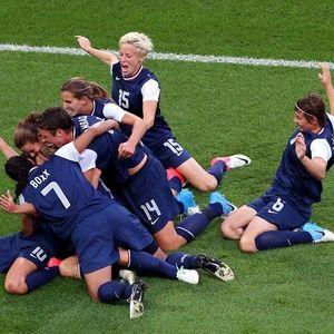 Domínio no futebol Os Estados Unidos são os maiores campeões olímpicos da história do futebol, com quatro conquistas. Todas elas oriundas do time feminino, vencedor em Atlanta-1996, Atenas-2004, Pequim-2008 e Londres-2012. No total, entre homens e mulheres, os americanos somam sete medalhas (são mais duas de prata e uma de bronze), mesma quantidade do Brasil. Entretanto, a seleção brasileira ainda corre atrás do inédito ouro nos dois naipes. O segundo país com mais títulos olímpicos é a H