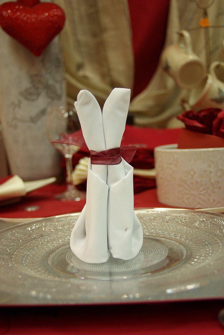 Pliage de serviettes en lapin. Réalisé par votre vendeuse du rayon prêt à poser.