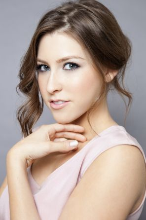 "21 yr old Eden Sher as herself.  She plays Sue Heck on ""The Middle"""