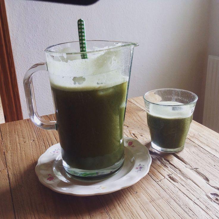 Spinat, agurk, blåbær, æbler og citron. Slowjuicet til lækker go'morgen drik!