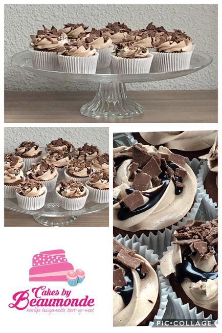 Chocolade cupcakes, gevuld met chocolade en karamelsaus. Opgespoten met choco meringue crème en een topping van chocolade saus en vlokken.