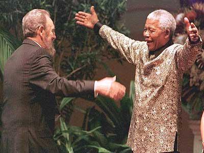 24. Castro ausgehalten, den Kampf gegen die Apartheid und der südafrikanischen Regierung. Nelson Mandela sagte niemand ohne die Hilfe von Castro freigegeben werden konnte. Nelson Mandela gab den größten Preis für Ausländer, in den Orden der Guten Hoffnung, Fidel Castro.