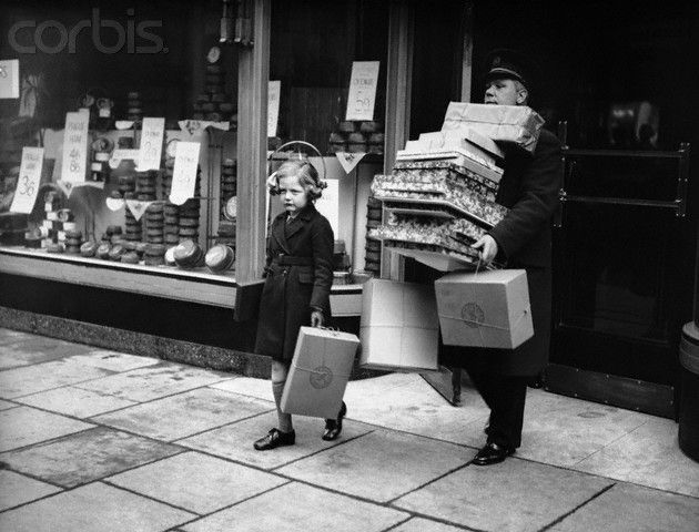NYC 1930s. vintage everyday: Christmas Time – Stunning Vintage Photos Show Christmas Shopping in New York in the Past