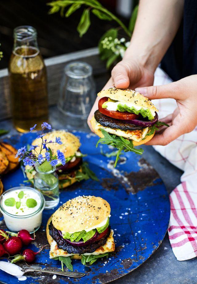 GRILLA VEGETARISKT: Portabelloburgare med Halloumi, Avokado & Sötpotatis + Recept på Glutenfritt Hamburgerbröd!
