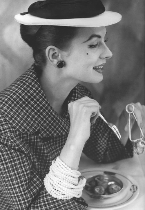 Suzy Parker 1950s...WHAT IS SHE EATING? LOVE THE PHOTO!