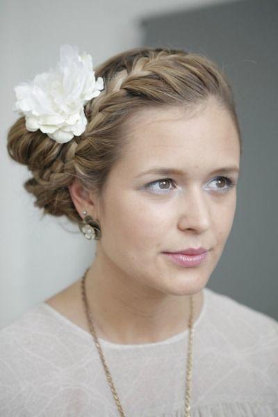 Great tutorial! +++ Link: http://www.josieloves.de/beauty-tutorial-romantische-hochsteckfrisur-mit-blume-im-haar/