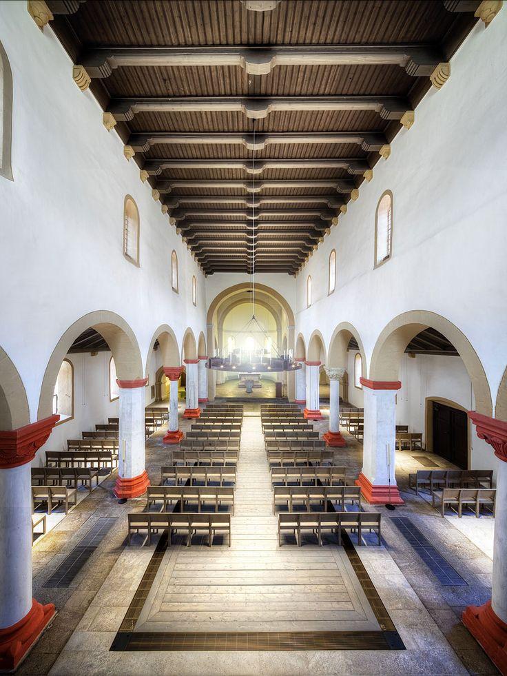 Nikolaikirche Eisenach Die Nicolaikirche wurde um 1180 errichtet. Sie gilt als eines der zuletzt entstandenen romanischen Bauwerke Thüringens. Ihre Säulenkapitelle zeigen große Ähnlichkeiten mit den Motiven des Palas der Wartburg. Das heutige Erscheinungsbild geht auf mehrere umfassende Restaurierungen der Kirche seit dem 19. Jahrhundert zurück.