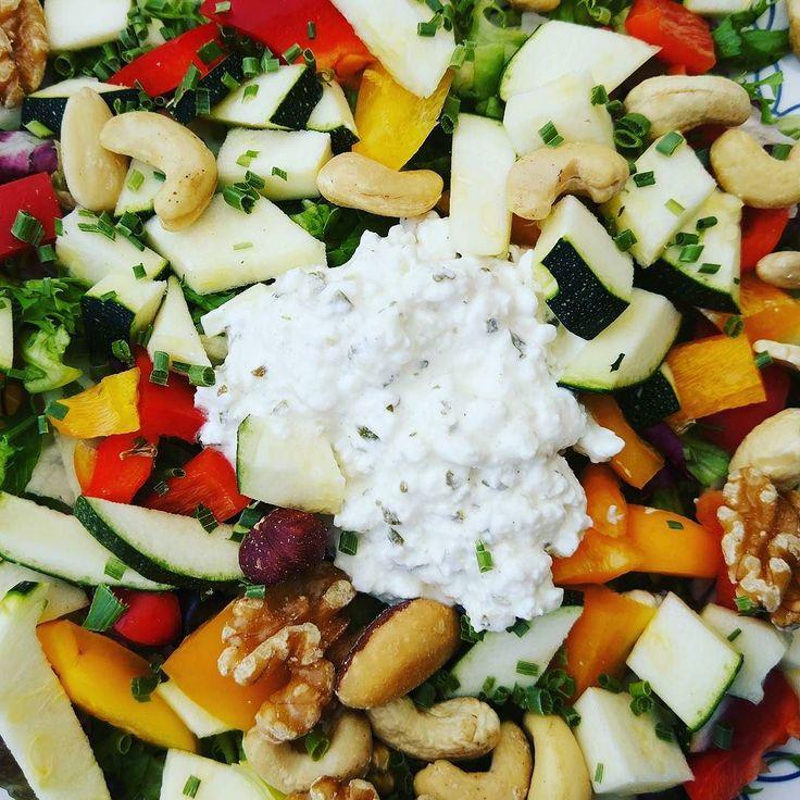 Lekkere zomerse salade... Met het hete weer van de afgelopen dagen had ik minder honger. Nu weer een voedzame salade gegeten!  Gemengde sla met gele en ronde paprika courgette handje noten en hüttecase!  #afvallenmetbregje #afvallen #koolhydraatarm #lowcarb #eiwitten #proteine #gezond #gripopkoolhydraten #gok #lowfat #lowcarbdiet #ketodieet #lowcarbhighfat #lchf #Atkins #eiwitrijk #diabetes #keerdediabetes2om #groenten #salade