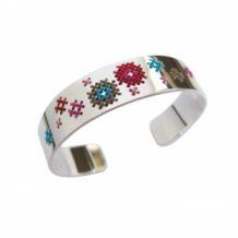 Geborduurde armband van Corina  Rietveld. Zilver gecombineerd met borduurgaren.