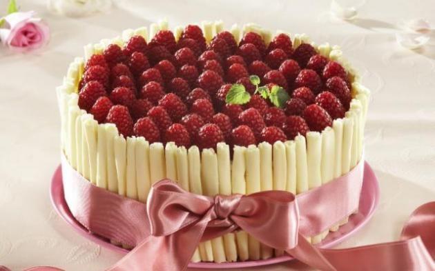 Bílý čokoládový dort s malinami » Pečení je radost