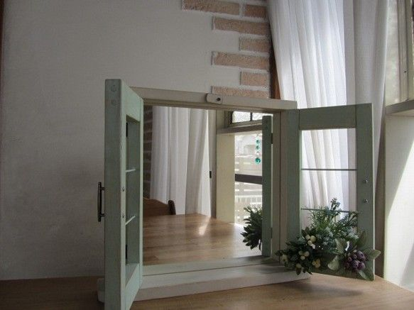 小窓風の扉の付いたミラーシェルフです。三角カンが付いているので壁に掛けてもご使用できます。窓の桟は番線なのでイヤリングやブレスレット等のホルダーになります。材...|ハンドメイド、手作り、手仕事品の通販・販売・購入ならCreema。