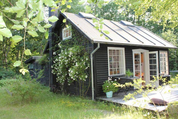 Helt hjem/lejlighed i Ega, DK. Idyllisk sommerhus beliggende på vandsiden ved Skæring Strand. Huset er på 27 m2 med ét åbent rum samt et anneks på 12 m2 med badeværelse og soveværelse. Ideelt til den romantiske ferie eller den lille familie.