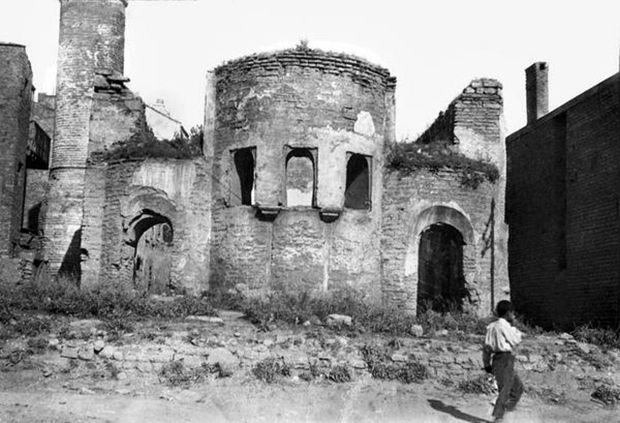Günümüzde yerinde Unkapanı SSK Binası'nın olduğu alanda eskiden Henri Prost'un İstanbul planları gereği yıktırılan Sekbanbaşı Mescidi vardı.