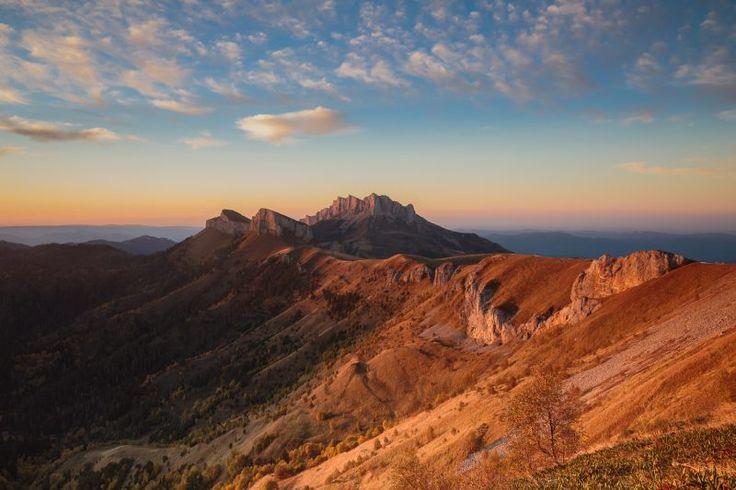 Большой Тхач — это уникальный, очень красивый и малопосещаемый горный массив на водоразделе рек Малая Лаба и Белая, расположен на Западном Кавказе, на границе республики Адыгея и Краснодарского края.