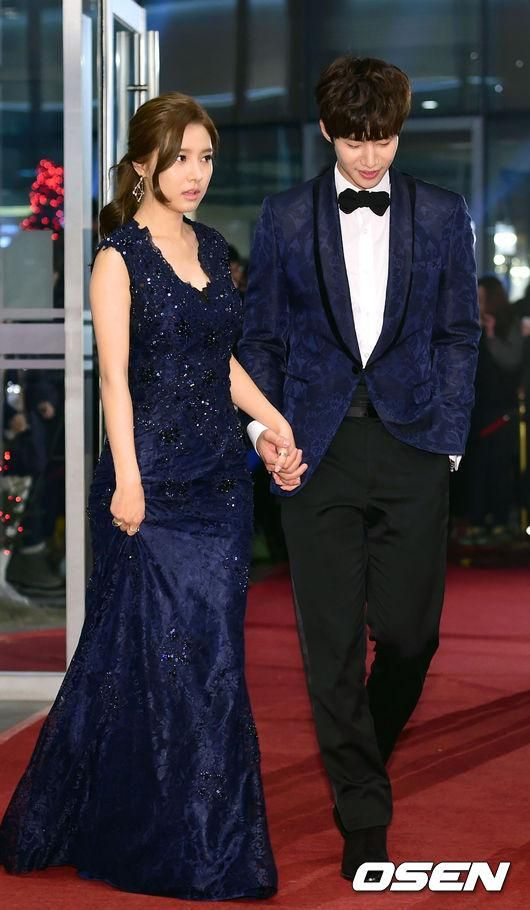 Their dress tuxedo really suit each other >3<)/ Blue in red carpet ㅋㅋㅋ and see their hands !!!  #solim #송재림 #김소은