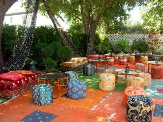 Loving these colorful 39 poufs 39 in the lounges moraccan for Decoration theme jardin