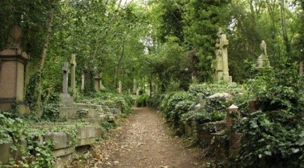 Hauntings in Highgate cemetery @freaklore.com
