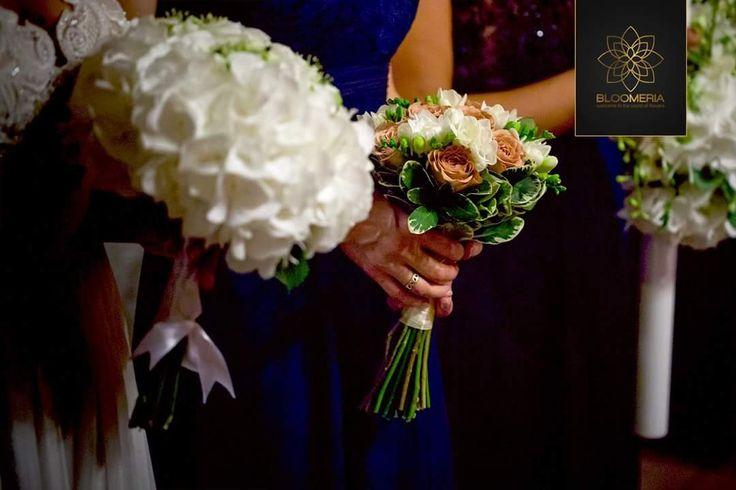 bloomeria.ro Ce putem spune despre aceasta nunta in cateva cuvinte? Eleganta desavarsita, puritate, diafan regal. Voua ce va inspira aceste aranjamente florale pentru nunta? 😊 #AranajamenteNunta #BuchetMireasa #AranjamenteMasa #LumanariNunta #Bloomeria