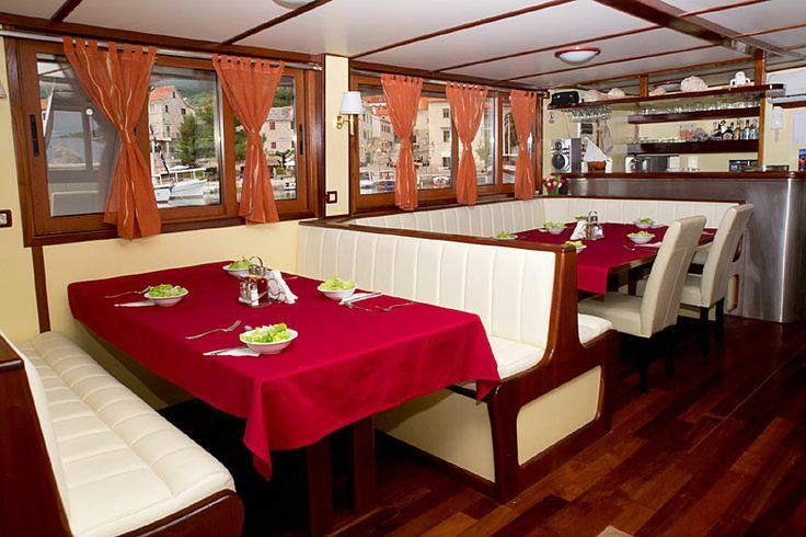 Okružní plavba 5 - Jižní Dalmácie - jídelna na lodi kategorie A+: http://www.novalja.cz/chorvatsko/plavby-lodi/plavba-lodi-jizni-dalmacie/