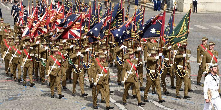 Les Australiens en souvenir de la bataille de la Somme Ici, un régiment de l'armée australienne dont les étendards ont du obtenir l'autorisation de la reine d'Angleterre pour pouvoir sortir du Commonwealth. 60.000 soldats australiens sont morts pour la libération de la France pendant la 1ere Guerre Mondiale, plus que les pertes américaines (40.000) DOMINIQUE FAGET / AFP