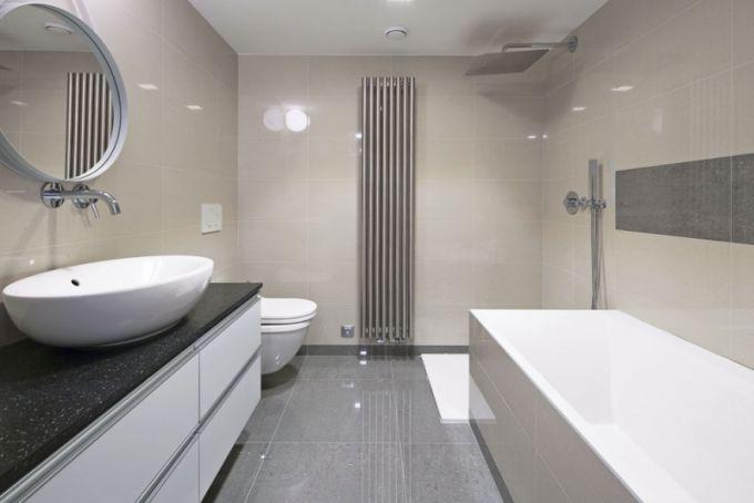 Minimalisticky koncipováno je i vybavení koupelny. Dominantním solitérem je kvalitní hlavová sprcha