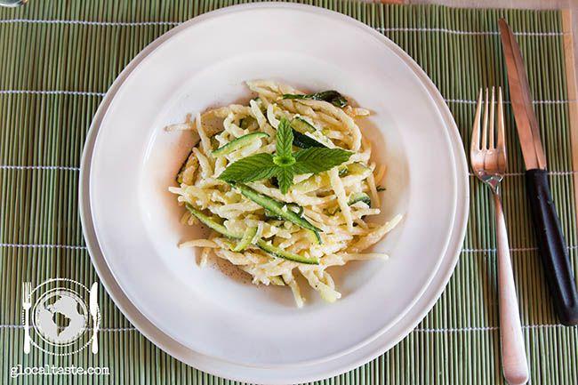 Per la categoria primi veloci: trofie con zucchine, limone e menta. Delicate, leggere e buonissime. Se cercate un condimento che si prepara in 10 minuti questa ricetta fa per voi.