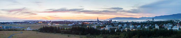 Panorama de Reikiavik visto desde Perlan al caer el sol en verano.