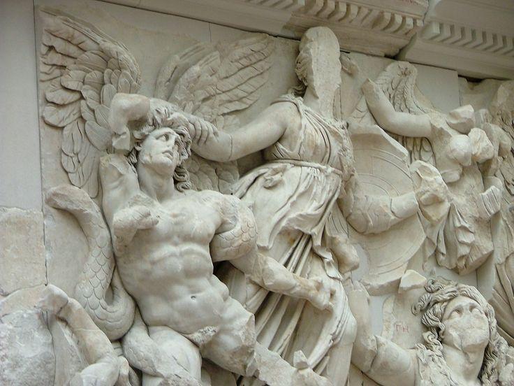 Lucha de Atenea con los Gigantes. Altar de Pérgamo.