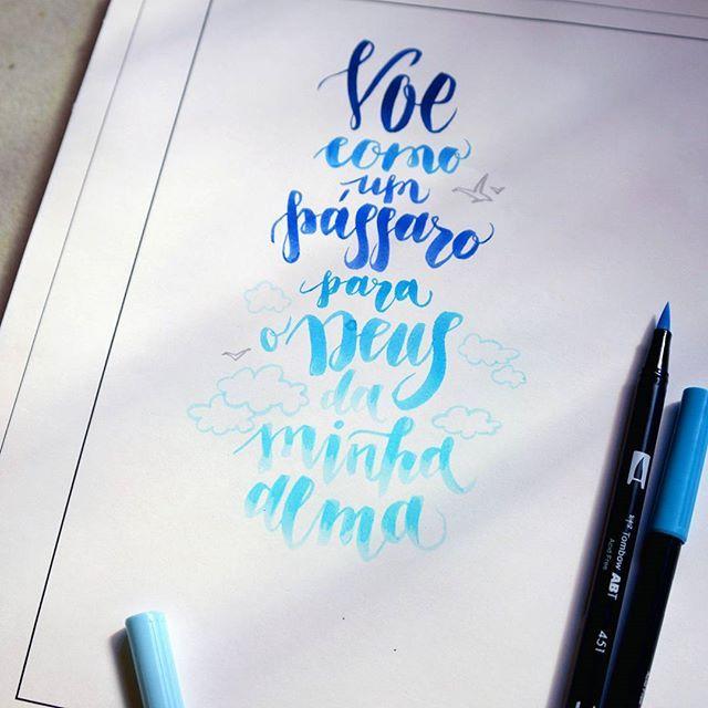 """""""Voe como um pássaro para o Deus da minha alma"""". Mais uma experiência da #caligrafia de mim.      Темными вечерами сижу, вывожу буковки. Самое сложное - найти подходящие фразы на португальском. Хочется быть оригинальной, но с неглубоким знанием языка выбор фраз страннен. ))))      #sketch #sketchbook #lettering #art #calligraphy #feitoamão #desenho #drawing #sketching #artwork #deus #sabedoria #каллиграфия #markers #marcadores #copic #types #font #art_markers #art_we_inspire #_tebo…"""