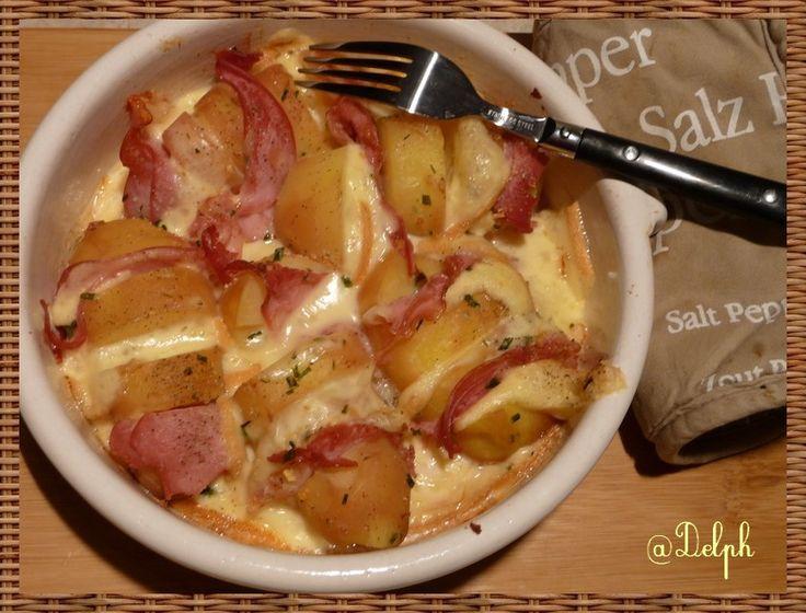 Un petit plat pour faire plaisir à mes fistons....Je n'avais pas envie de sortir mon appareil alors cela s'est transformé en une mini-raclette au four.... Ingrédients pour 2 personnes: 5 pommes de terres 10 tranches de bacon tranches de fromage à raclette...