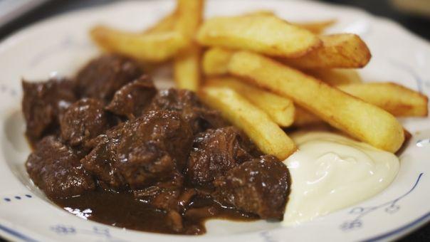 Eén - Dagelijkse kost - stoofvlees met friet; gemaakt! Erg lekker, gemaakt zonder fruitstroop, volgende keer wel doen met goede Luikse stroop!