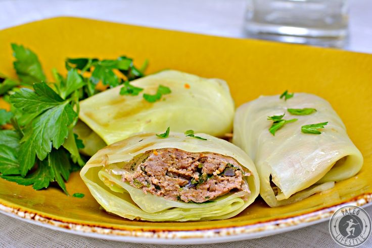 Kohlrouladen gehören zum beliebtesten Gericht in der deutschen Küche. Besonders zur Winterzeit kommt dieses deftige Gericht gerne auf den Tisch. Hier eine Variante mit Petersilienfüllung.