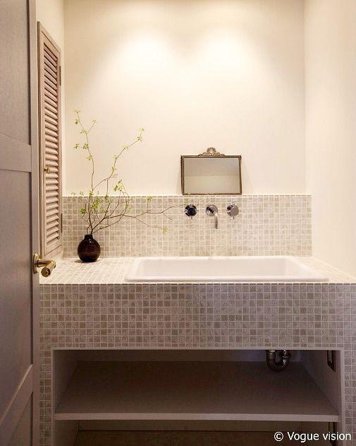 . 元々洗濯機と洗面が並んでいた場所は洗面スペースだけにしりました . スペースにゆとりも生まれてモザイクタイルも映えます .  Y House #YlangYlang . . #洗面室 #washroom #シンプルテイスト #タイルライフ #tilelife  #家づくり #マイホーム #マイホーム計画 #マイホーム計画中 #住宅設計 #住宅デザイン #住宅建築 #住まい #住まいづくり #建築家 #工務店 #リノベーション #マンションリノベ #リフォーム #タイル #モザイクタイル #ハウスノート #housenote