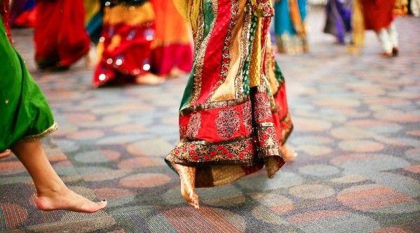 Mariage aux couleurs des Indes Un Mariage Bollywood : un dépaysement total. Mariez avec panache les camaieus de roses et de violets, le rouge passion, la jaune safran, l'orange et le vert anis: un éclat de couleurs réhaussé d'une pointe d'or. Les invitations...